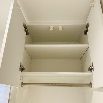 上部には収納もついています。