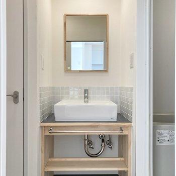 サニタリースームへ。かわいい洗面台が魅力的。