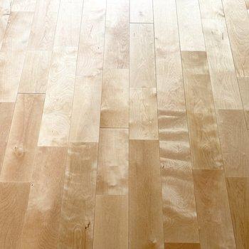 ナチュラルなバーチ材を全面に敷いた床は、ついついごろっとしたくなる〜。