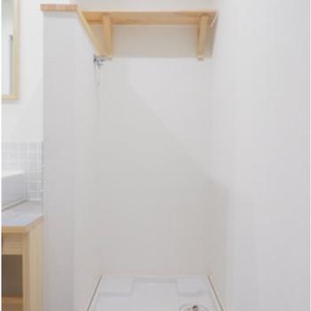 洗濯機置き場には上部に木棚がついています。(※写真はイメージです)