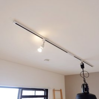 ライティングレールがついているので、お好きな照明を吊り下げましょ。(※写真はイメージです)