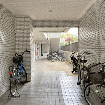 駐輪場は共用部内に。