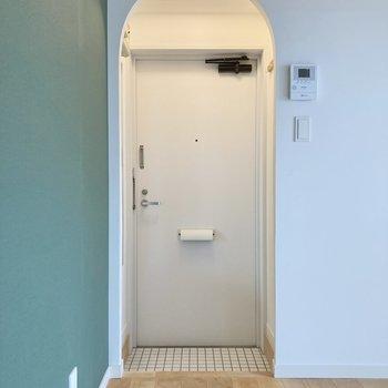白いタイルが爽やかな玄関。入り口から清潔感漂いますね。
