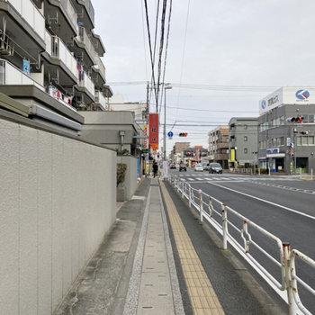 駅からはほぼ一本道。車通りが多く、お店も道中にたくさん並んでいました。