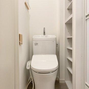 トイレ横は収納になっています。可動式ですよ。