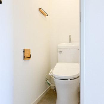グレーの床で落ち着きがあるトイレ
