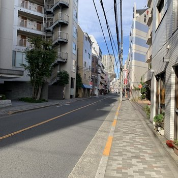 お部屋の周りはマンションやお店がありました。