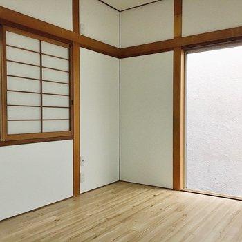 【1階洋室6帖】窓からは外に出られます。