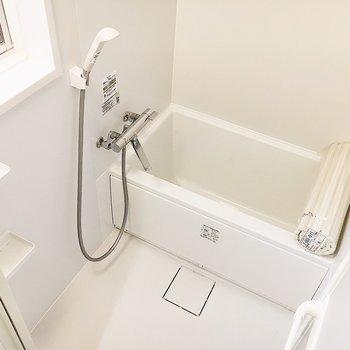浴室も清潔感があります。小窓もあるので換気もしやすいですよ。