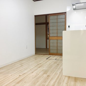【DK】キッチン周りには食器棚や家電だけを置いて奥のお部屋をダイニングにしてもいいですね!