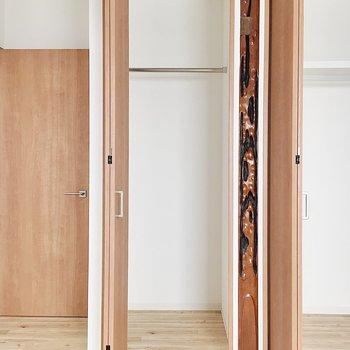 【2階洋室6帖②】こっちには細めの収納と、