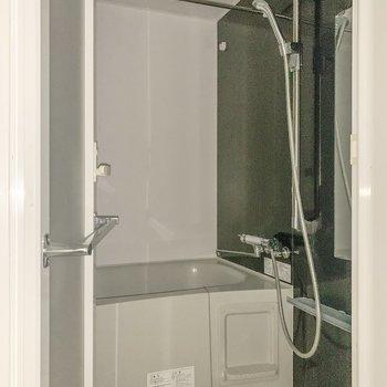 浴室乾燥付きです!※通電前のためフラッシュ撮影をしております※写真は8階の同間取り別部屋のものです