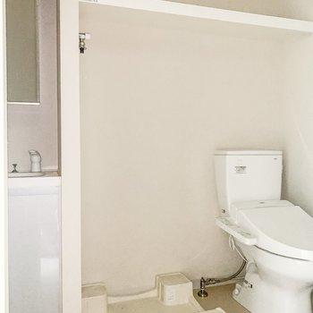 サニタリーには洗面台、洗濯機置き場、トイレがお行儀よく並んでいます。※通電前のためフラッシュ撮影をしております※写真は8階の同間取り別部屋のものです