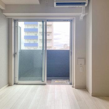 窓は北東向き。※写真は8階の同間取り別部屋のものです