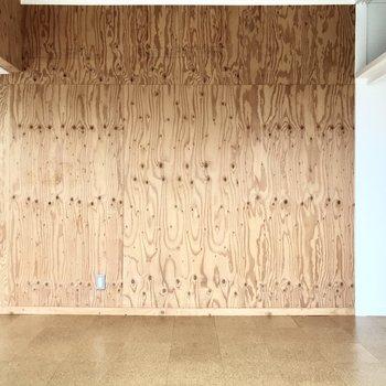 合板の壁がかっこいい・・・!(※写真は5階の同間取り別部屋のものです)