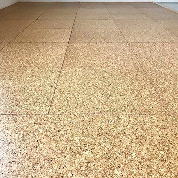 床もコルクをコーティングしたような素材!(※写真は5階の同間取り別部屋のものです)