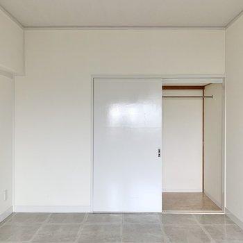 【洋室】収納はやや小さめですが、ハンガーポール付きですよ。