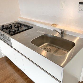 【LDK】大きめのシンクは洗い物がしやすいですね。三口コンロも嬉しい。