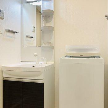 ユーティリティーは、入って正面に洗面所と洗濯機置き場。(※写真は2階の同間取り別部屋、モデルルームのものです)