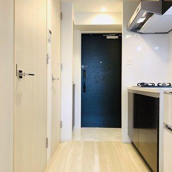 水回りは洋室を出たところに。左側、手前はユーティリティーで奥はお手洗い。まずはキッチンから。(※写真は2階の同間取り別部屋、モデルルームのものです)