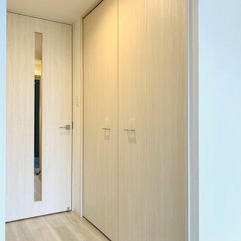収納は洋室の入り口に。(※写真は2階の同間取り別部屋、モデルルームのものです)