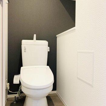 お手洗いは嬉しいウォシュレット付き。右側には大きめの収納棚付き。(※写真は2階の同間取り別部屋、モデルルームのものです)