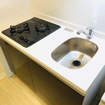 ピカピカのキッチン。シンクにカッティングボードを置いて作業スペースを確保しましょう◎(※写真は2階の同間取り別部屋、モデルルームのものです)