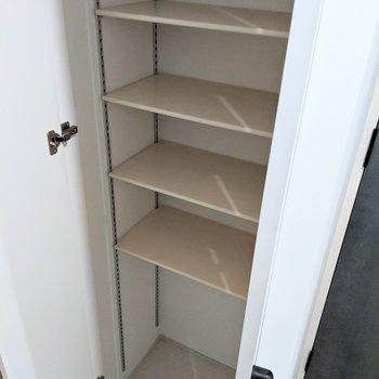 シューズボックスの棚は高さ調整が可能です。