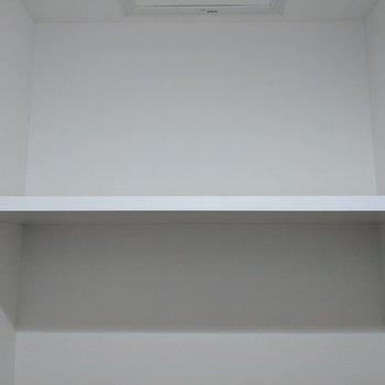 トイレ上には棚があります。トイレットペーパーや掃除道具を置くことができます。