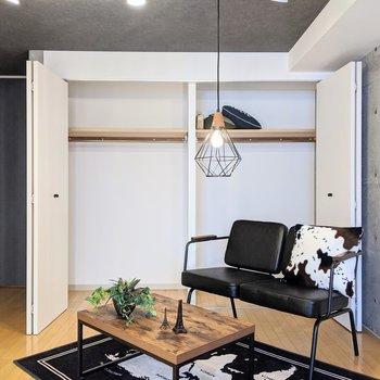 【ダイニング】収納は大容量◎布団や衣類など入れることができます。※家具はサンプルです。