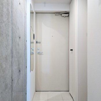 玄関は広めなのでゆったりと靴の脱ぎ履きができますね。