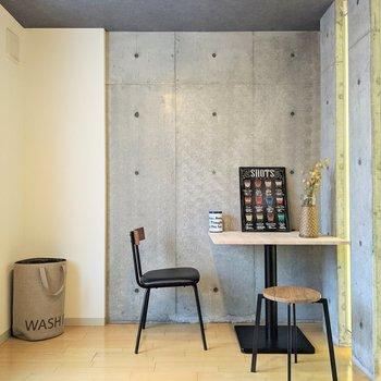 【洋室】勉強や仕事のためにデスクを置くのもいいですね〜。※家具はサンプルです。