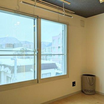 【洋室】窓は南向き。明るい光が入ってきます。※家具はサンプルです。