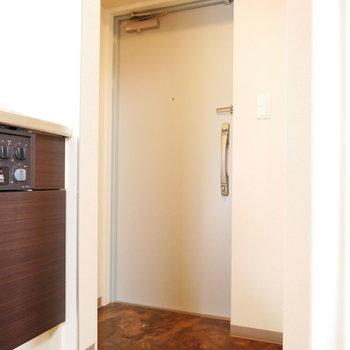 玄関はコンパクト(※写真は8階の同間取り別部屋のものです)