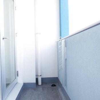 バルコニーは狭めなので浴室乾燥機と併用したい(※写真は8階の同間取り別部屋のものです)