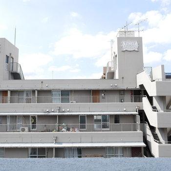 眺望は隣のマンションです(※写真は8階の別部屋からのものです)