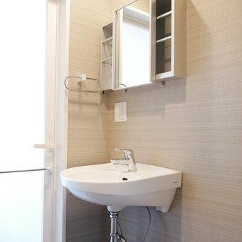 ラフ感がいい洗面台(※写真は8階の同間取り別部屋のものです)
