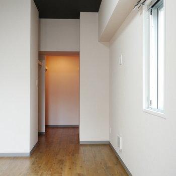 落ち着いた色合いの空間。奥には…(※写真は8階の同間取り別部屋のものです)