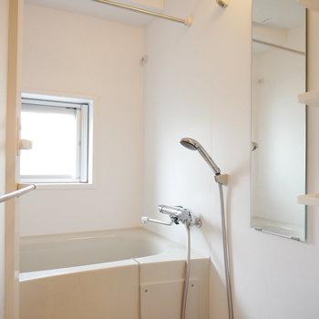 浴室には窓付き。浴室乾燥機もありますよ(※写真は8階の同間取り別部屋のものです)
