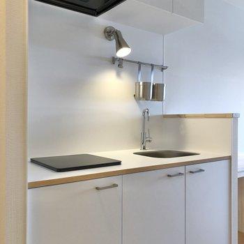 清潔感のある白が基調のキッチン。