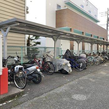 駐輪場には屋根付き。