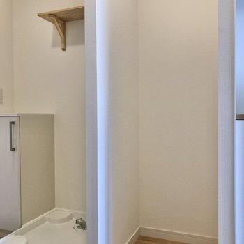 左側には冷蔵庫と洗濯機置き場が並びます。