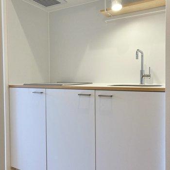 白くまとまったキッチン。清潔感たっぷりです。