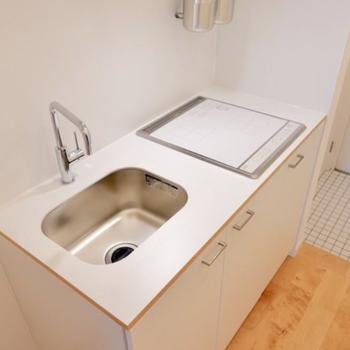【イメージ】キッチンは白で統一された2口コンロです。※シンクとコンロの位置が逆になります。