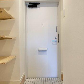 白いタイルが爽やかな玄関。