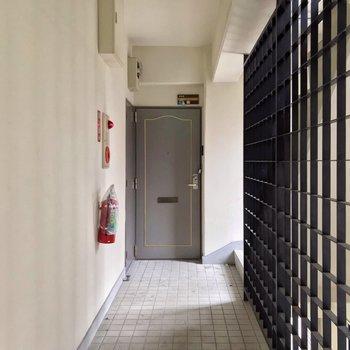 1フロアに2部屋。階段とは黒い柵で仕切られています。