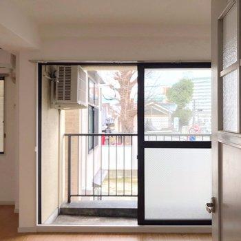 扉を開けると正面には大きな掃き出し窓!