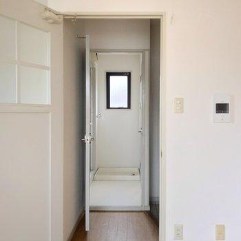 玄関側へと続く扉の近くには、