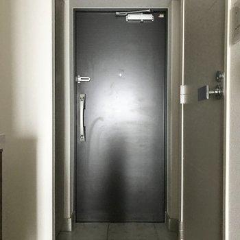 左側に玄関収納があります※写真は4階の同間取り別部屋のものです