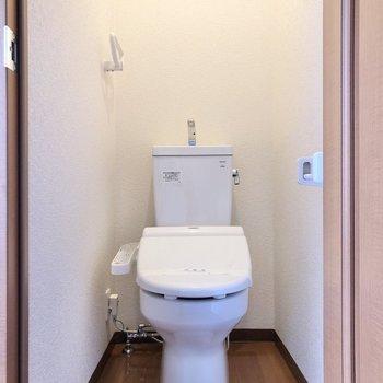 はしごを降りて、洋室から続くトイレにご挨拶。※写真は1階の反転間取り別部屋のものです